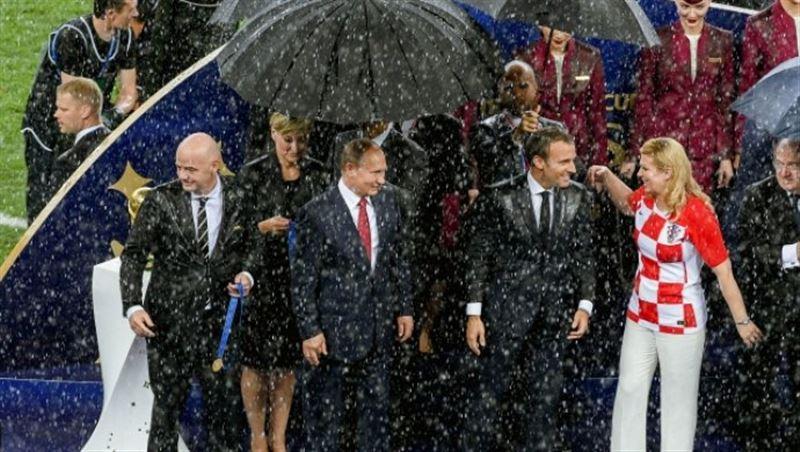 «Даже не заметила»: Президент Хорватии о ливне во время закрытия ЧМ-2018