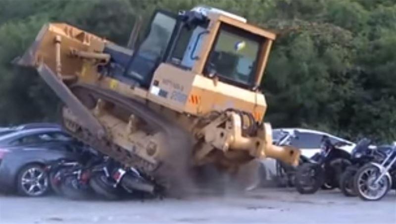 На Филиппинах бульдозер уничтожил десятки роскошных автомобилей и мотоциклов