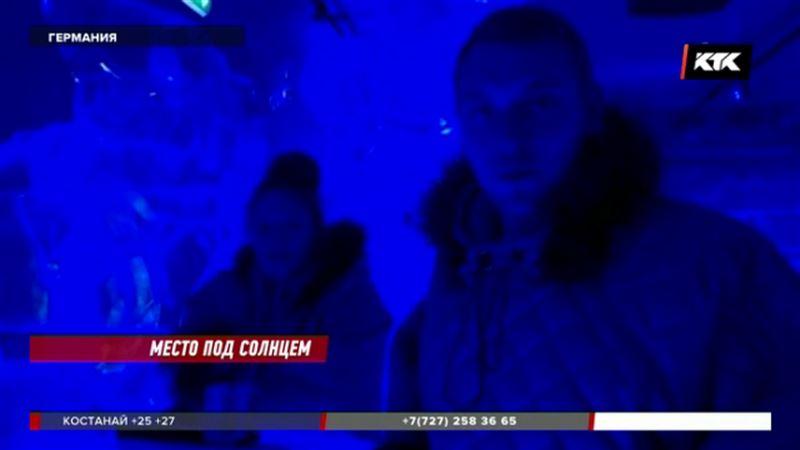 Берлинцы спасаются от жары в баре изо льда