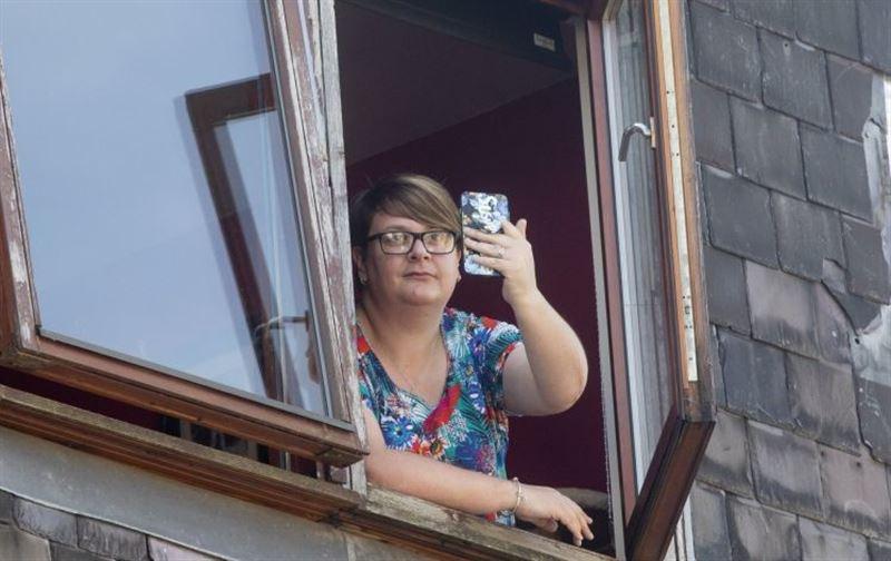 В телефон ударила молния, когда женщина снимала на видео грозу