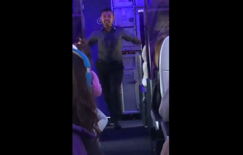 Чтобы привлечь внимание пассажиров, бортпроводник начал танцевать