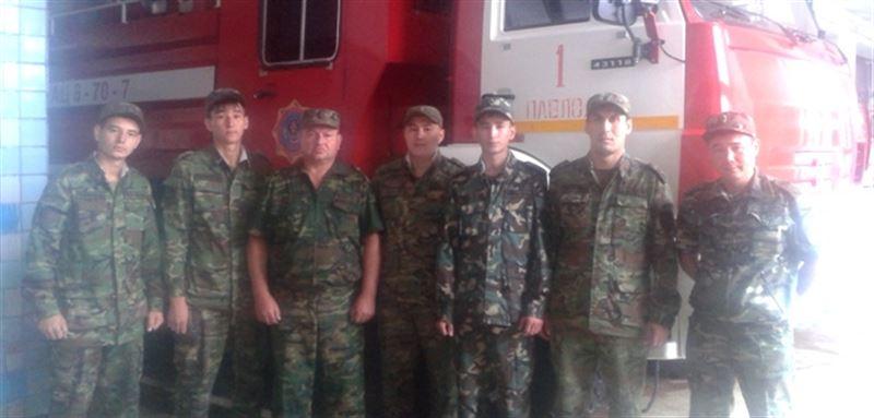 Пожарный вывел десять человек из горящей квартиры в Павлодаре