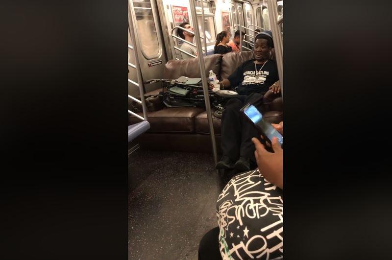 Мужчина, ехавший в метро на диване, разгневал пассажиров