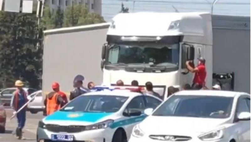 В Алматы КамАЗ протаранил припаркованные автомобили