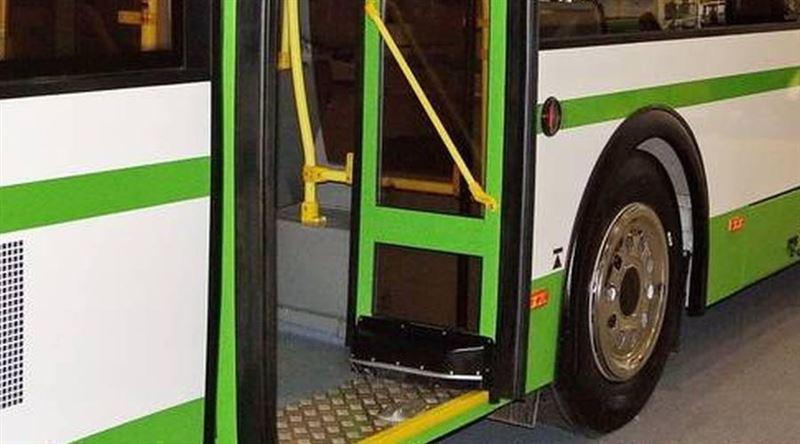 Астанада 6 жасар қызды автобус есігі қысып қалды