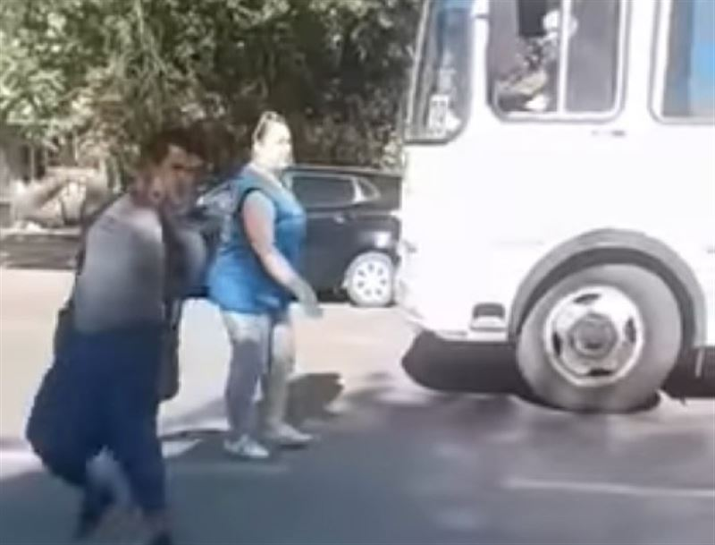 ВИДЕО: Оралда мүгедек адамды автобусқа мінгізбей қойды