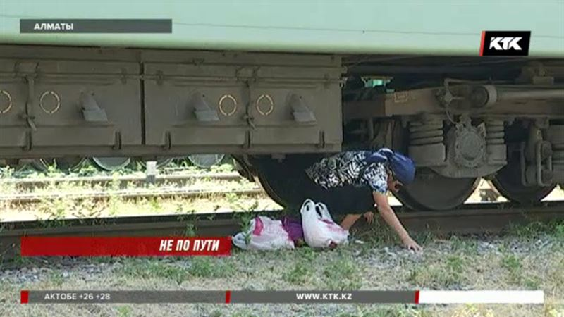 С риском для жизни казахстанцы ходят по путям и под стоящими составами