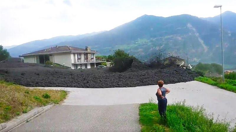 Очевидцы сняли на видео обрушившийся на город в Швейцарии мощный сель