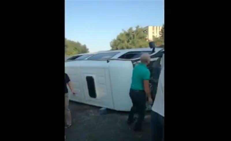 ВИДЕО: Оралда жолаушылар мінген Газель аударылды