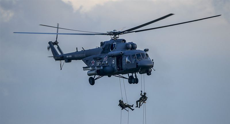 В Таджикистане ищут пассажиров и экипаж вертолета, который накануне совершил жесткую посадку в горах