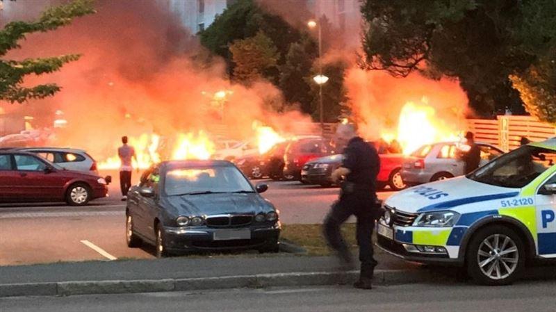 В Швеции люди в масках подожгли десятки автомобилей