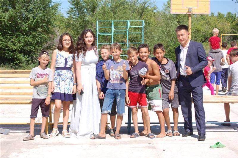 Молодожены из Семея вместо пышной свадьбы накормили сотни детдомовцев