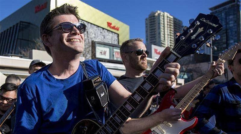 В Австралии 457 музыкантов одновременно сыграли на гитарах AC/DC