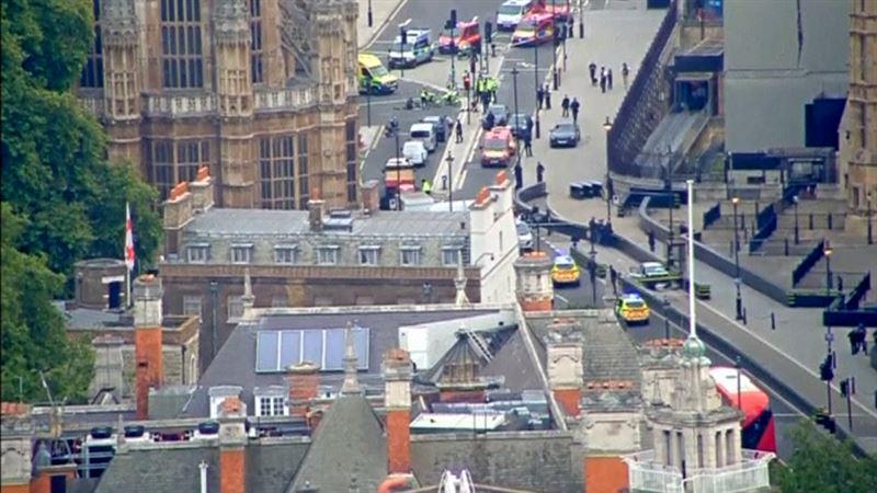 ВИДЕО: Көшедегі көлік Парламент ғимаратының қоршауына кіріп кетті