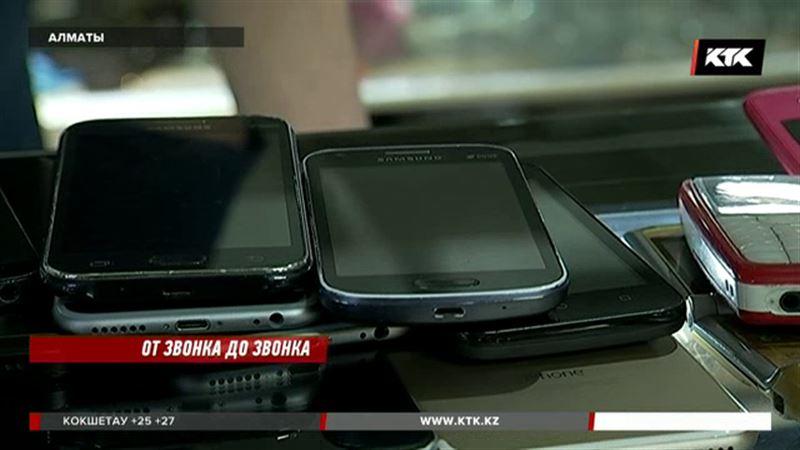 Алматинские полицейские ищут воров сотовых телефонов