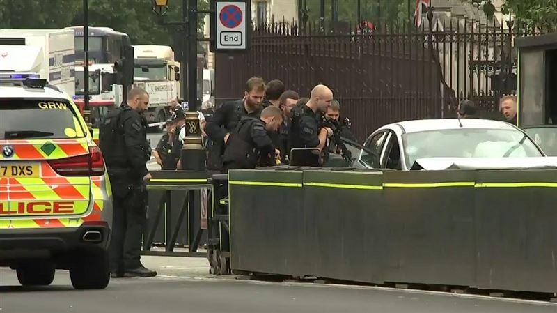 ВИДЕО: парламент жанында адамдарды көлік басып кетті