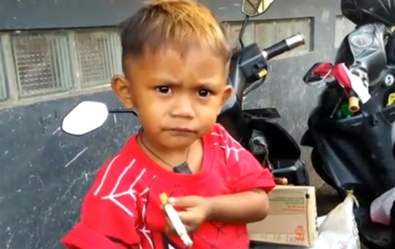 2-летний малыш в Индонезии курит по 40 сигарет в день