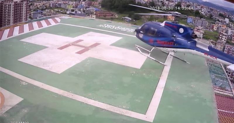 Момент падения вертолета с крыши медицинского центра в Катманду попал на видео