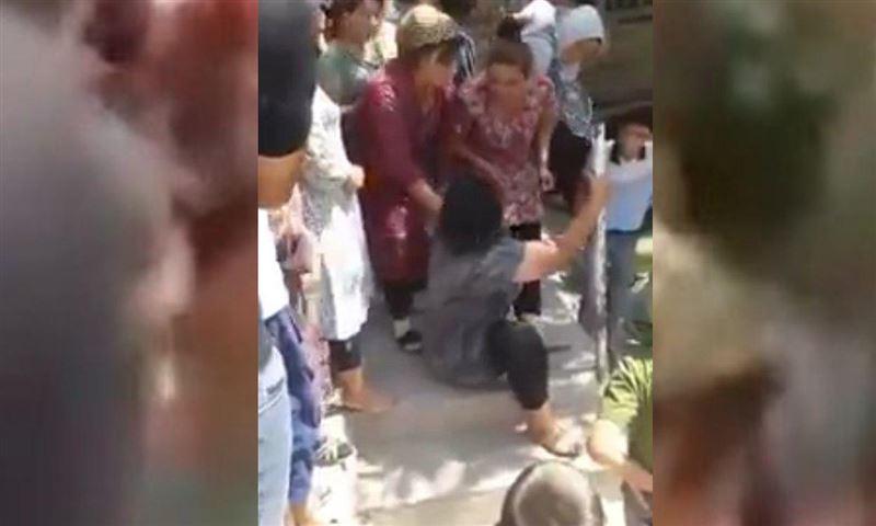 В Узбекистане устроили самосуд над женщиной, раздев ее прилюдно