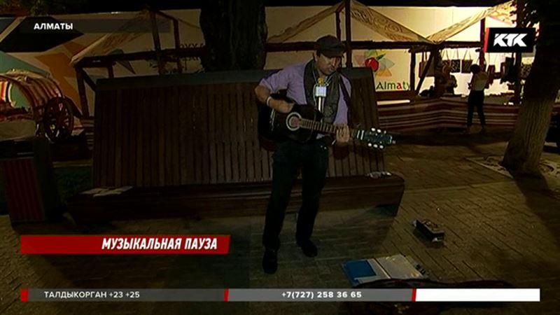 В Алматы уличные музыканты жалуются на полицейский произвол