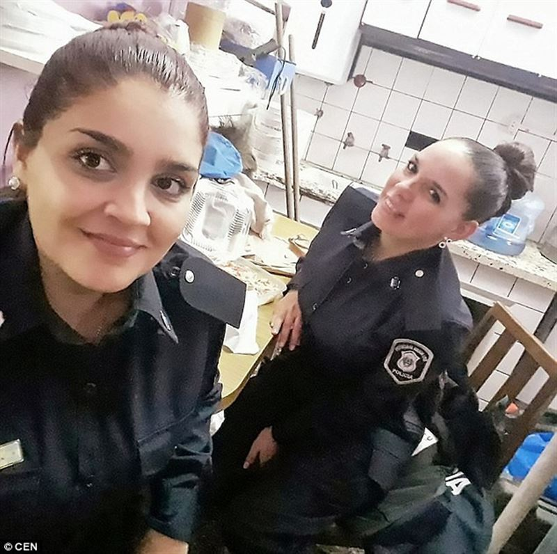 ФОТО: Полицей-әйел ұмыт қалған аш нәрестеге омырауын беріп емізді