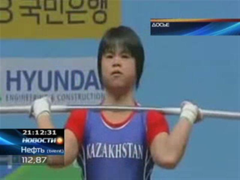 Во время награждения казахстанских тяжелоатлетов прозвучал старый гимн страны