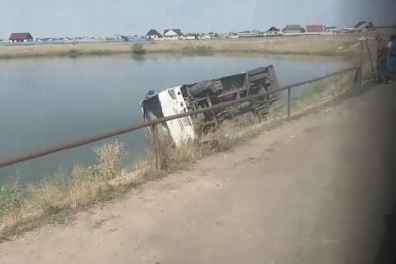 Алматы облысында жолаушылар автобусы аударылып қалды