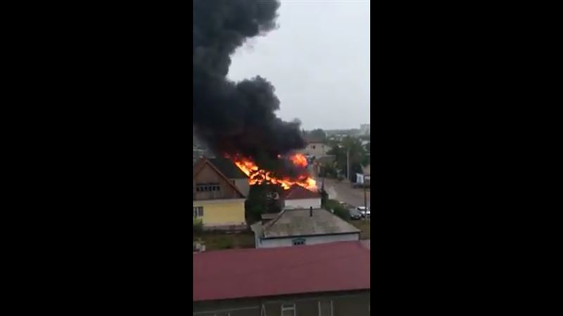 Двухэтажный дом охватило огнем в Павлодаре