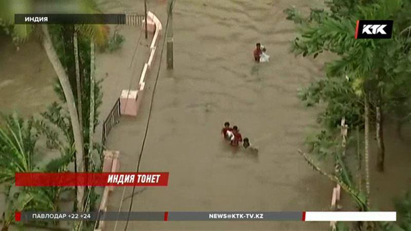 Казахстанские туристы бросились помогать жителям затопленной Индии, где погибло уже 400 человек