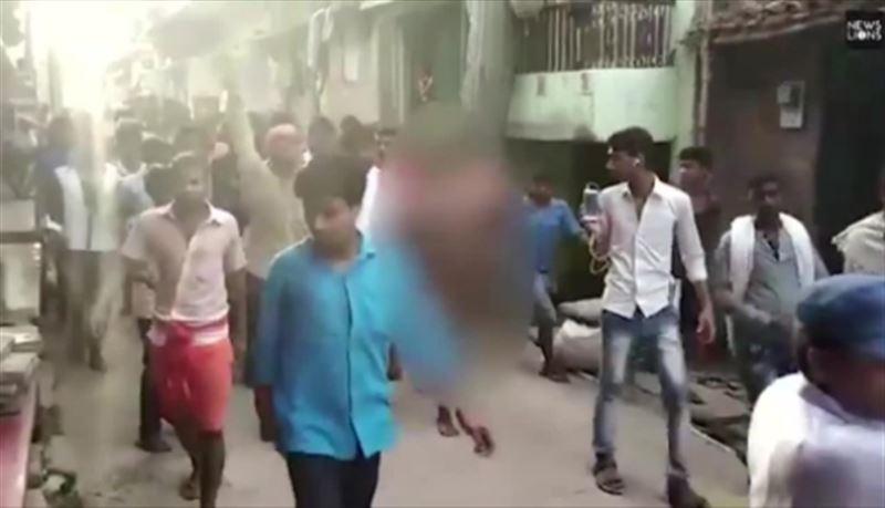 Толпа мужчин устроила самосуд над голой девушкой