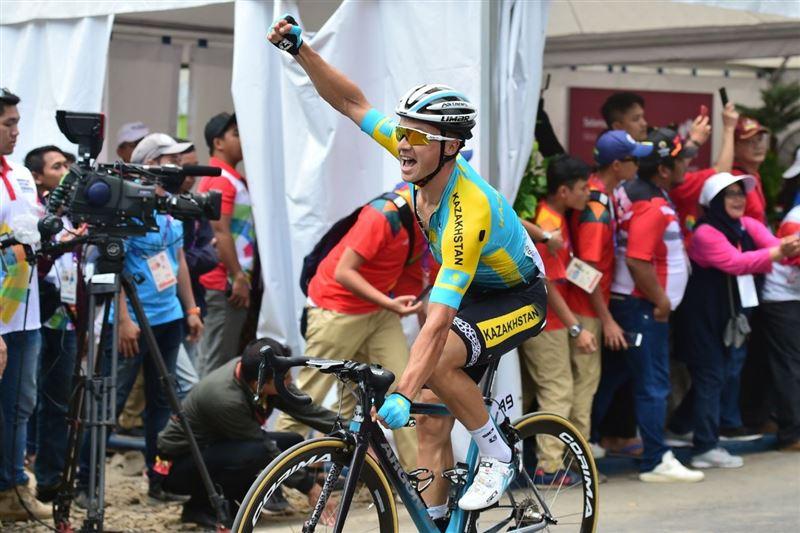 Казахстанский велогонщик Алексей Луценко завоевывает золотую медаль Азиатских игр-2018