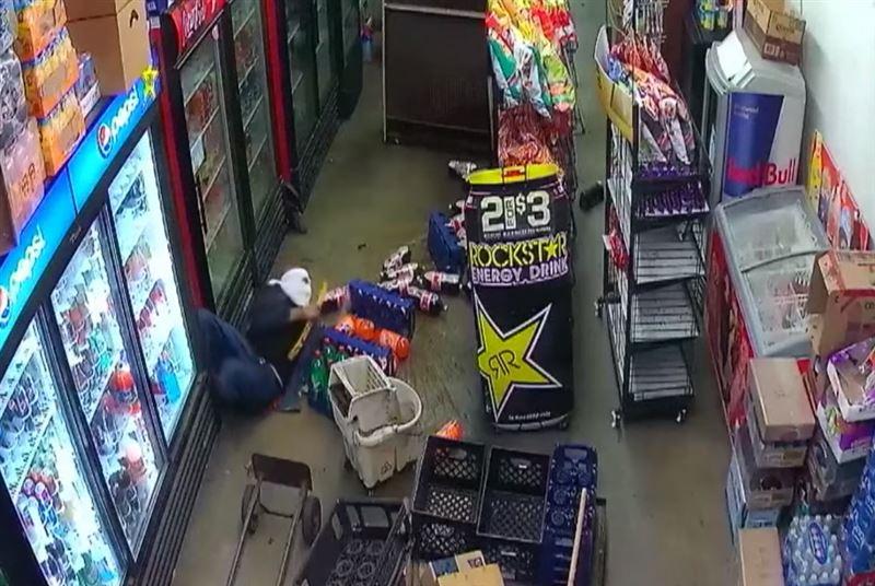 Вор прорыл лаз в продуктовый магазин и ограбил его