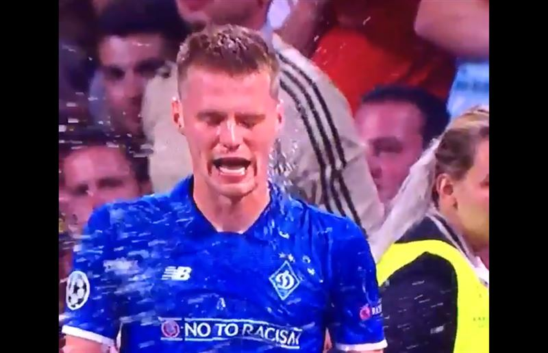 Футболиста киевского «Динамо» облили пивом после забитого гола