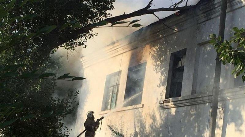 В ВКО огнем охватило частично жилой двухэтажный дом