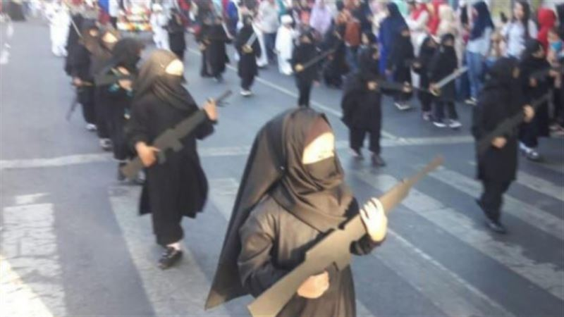 Директор детского сада уволена из-за детей, наряженных в костюмы террористов