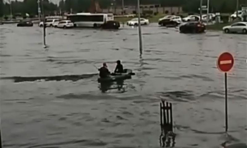 Мужчинам, катавшимся на надувной лодке по затопленным улицам столицы, грозит штраф