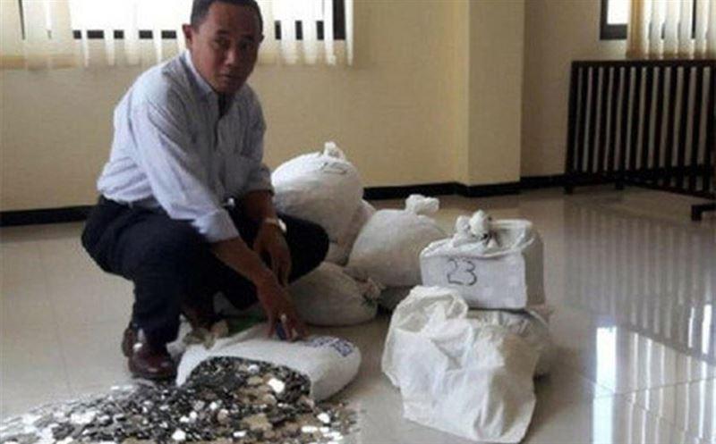 Алименты весом 890 кг: индонезиец передал экс-жене 14 мешков с мелочью