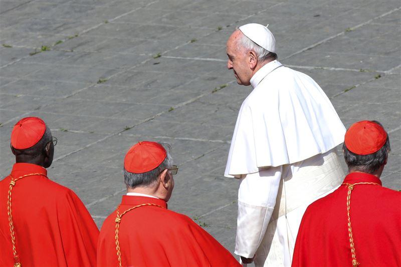 Рим папасы педофил-кардиналды неге жасырғанын айтудан бас тартты