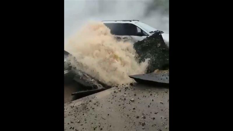Фонтан горячей воды забил из-под асфальта в Павлодаре