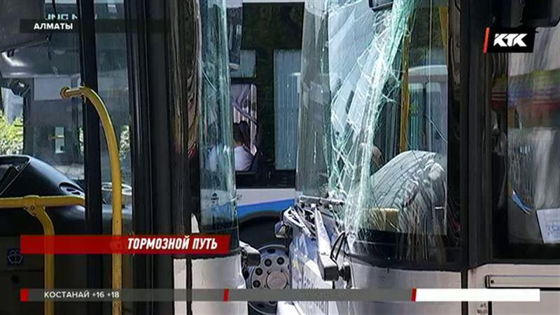 Лоб в лоб: на линии БРТ в Алматы случилось сразу несколько аварий
