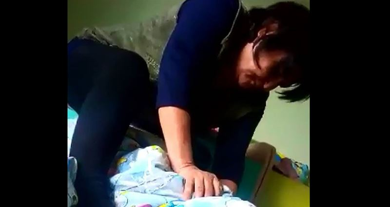 В Темиртау разразился скандал из-за воспитательницы, душившей одеялом ребенка