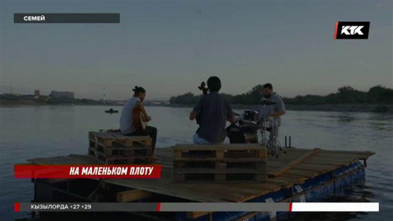 Семейские музыканты поют посреди Иртыша