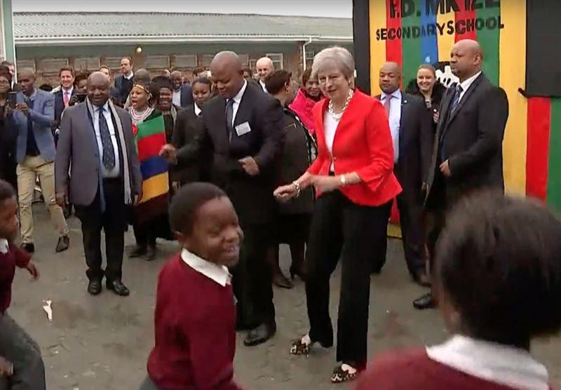 Во время визита в ЮАР Тереза Мэй пустилась в пляс со школьниками