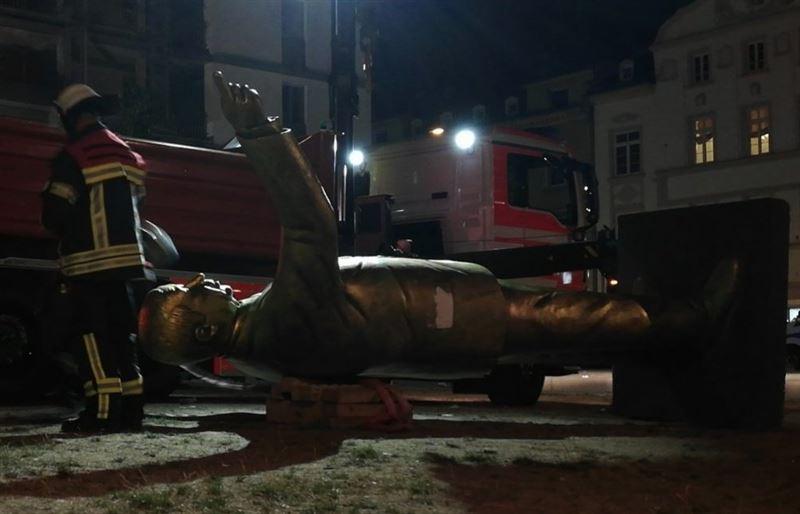 ФОТО: В Германии снесли статую Эрдогана