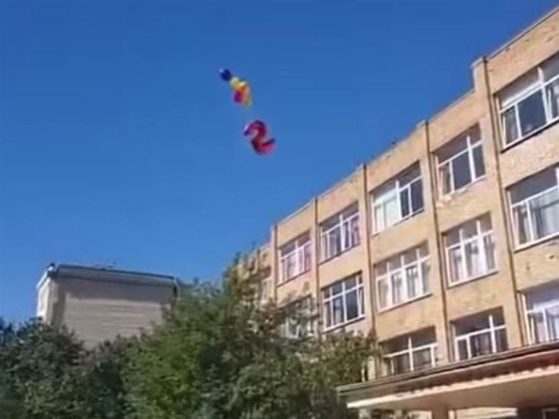 Курьез на школьной линейке: В небо отправили «праздничную пятерку», но она стала двойкой