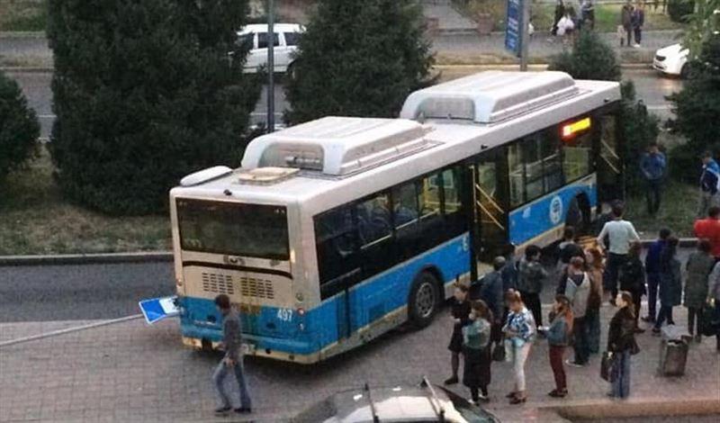 В Алматы автобус попал в аварию, двигаясь по линии BRT