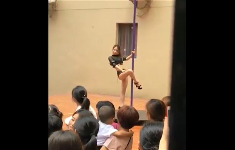 Директора детского сада уволили из-за танцев на шесте