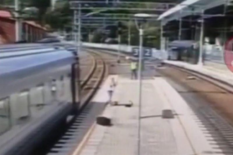 Женщина выпала на перрон из поезда в Сочи