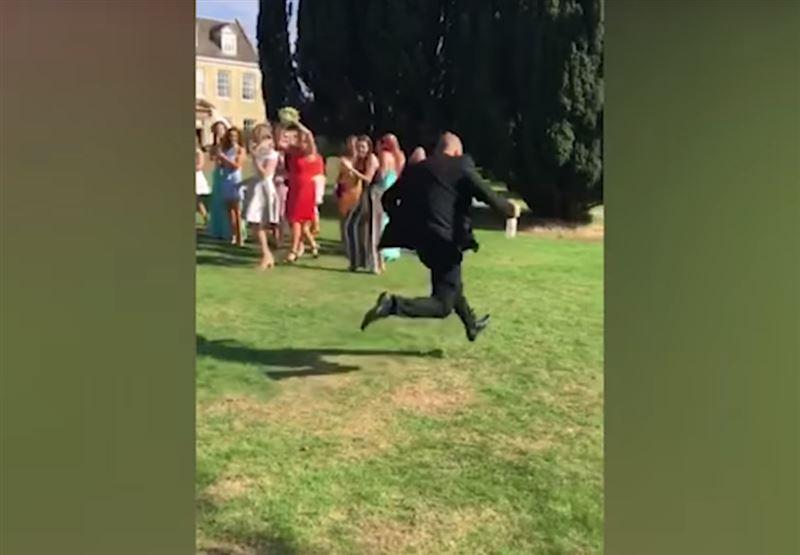 Мужчина сбежал от подруги, поймавшей букет невесты