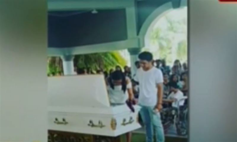 19-летняя девушка обручилась с трупом возлюбленного на его похоронах